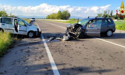 Drammatico scontro frontale tra due auto