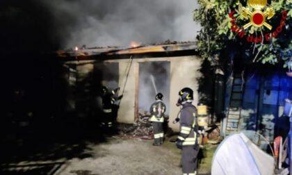 Cascina va a fuoco, pompieri al lavoro per quattro ore