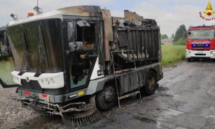 Furgone della nettezza urbana in fiamme, intervengono i Vigili del fuoco