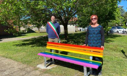 Una panchina arcobaleno come simbolo dell'amore senza pregiudizi