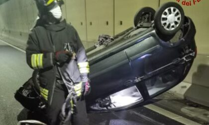 Auto si ribalta in galleria, intervengono i pompieri