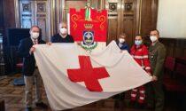 La bandiera della Croce rossa svetta sul Municipio