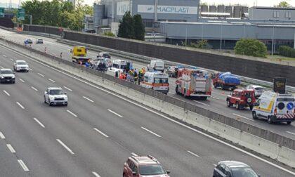 Paura sulla A4: auto si ribalta, traffico bloccato