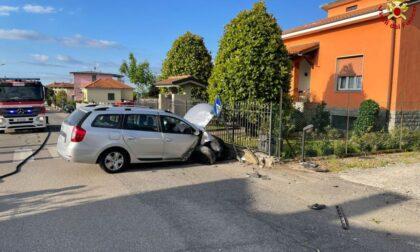 Automobilista si schianta contro un palo e trancia il tubo del gas