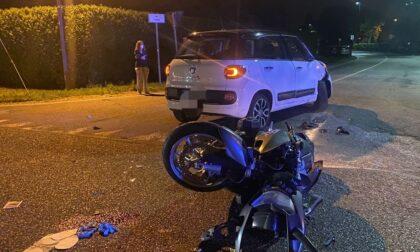 Drammatico incidente tra un'auto e una moto, due giovani in gravissime condizioni