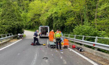E' morto il motociclista caduto nel Lecchese, sotto shock la ragazza