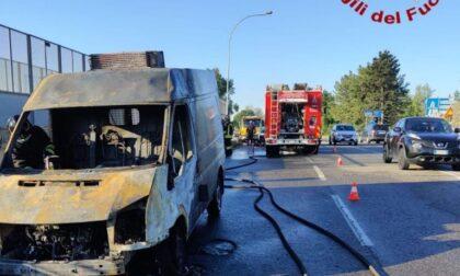 Meda: furgone prende fuoco, intervengono i pompieri