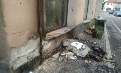 Rifiuti in fiamme, paura in via Lampugnani