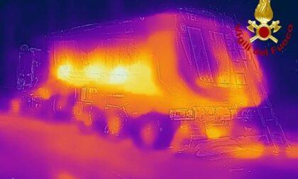 Camion carico di asfalto caldo prende fuoco: intervento dei pompieri nella notte