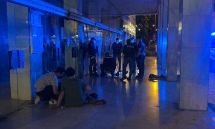 Giovane presa per i capelli e picchiata sotto i portici del teatro