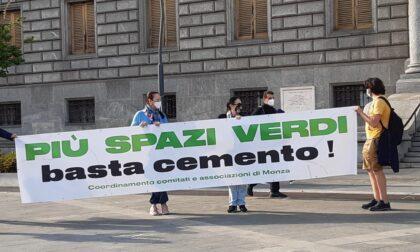 Basta cemento, i comitati protestano davanti al Municipio