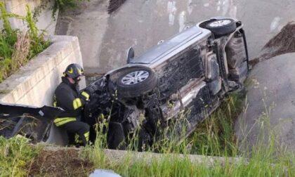 Finisce nel fosso con l'auto, ferito un 28enne di Brugherio