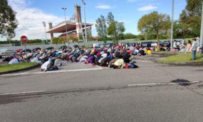 Folla di musulmani in preghiera al palazzetto per la fine del Ramadan