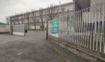 Monza, giovani si mettono in coda all'hub per ricevere le dosi di vaccino avanzate (ma non si può)