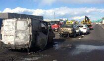 Furgone prende fuoco in A4 dopo un incidente, intervengono i pompieri