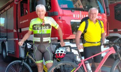 Oltre 750 chilometri in bicicletta per salutare gli ex colleghi pompieri