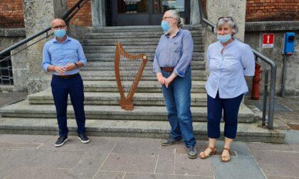 Il maestro liutaio Sangineto dona una nuova arpa alla sua Villasanta