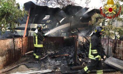 A fuoco baracche adiacenti alle case