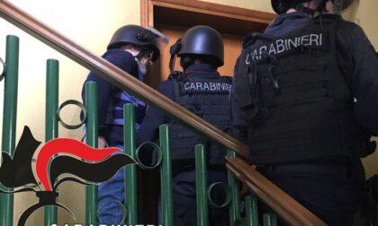 Si barricò in casa per nove ore e sparò contro i Carabinieri, arrestato per tentato omicidio