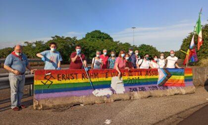 Omofobia: sindaci eliminano le svastiche dalla bandiera arcobaleno