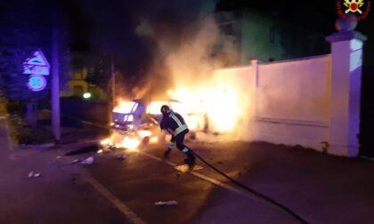 Auto distrutta dalle fiamme nella notte