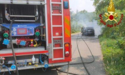 Intervento dei Vigili del fuoco per una vettura in fiamme a Cogliate
