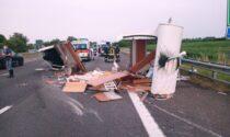 Scoppia gomma in autostrada, il camper si ribalta: salvi due bimbi di 10 anni