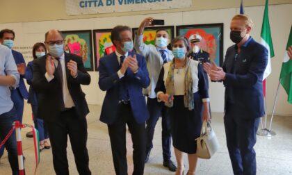 Taglio del nastro con il presidente Fontana per la mostra allestita nell'hub dei vaccini