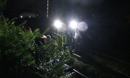 Cammina sui binari in piena notte, travolto dal treno