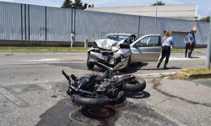 Violento schianto tra auto e moto, grave un 20enne