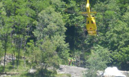Precipitano nella cascata: muore una 42enne di Seregno, gravissimo il 36enne che era con lei