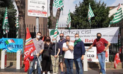 Lavoratori in sciopero contro l'articolo che obbliga le aziende a esternalizzare