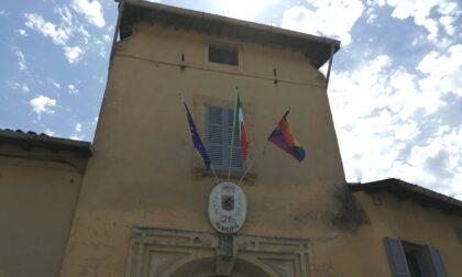 Lgbt, sul Comune di Vimercate sventola la bandiera arcobaleno