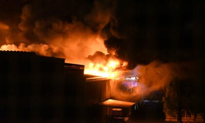 Devastante incendio in un capannone