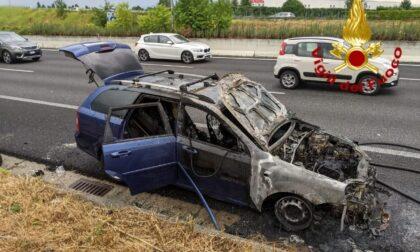 L'auto prende fuoco sulla Valassina: rimane solo la carcassa