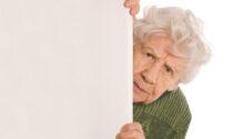 Segue di nascosto il marito, lo scopre alle slot machine e lui la aggredisce