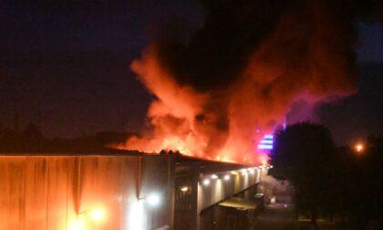 Le fiamme divorano il capannone della Magniplast di Brugherio: pompieri ancora al lavoro