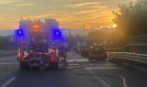 Dopo il tamponamento, l'auto prende fuoco: Valassina bloccata