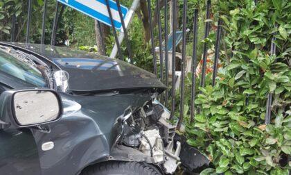 Scontro tra auto, una  si incastra nella cancellata