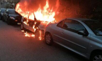 Auto divorata dalle fiamme