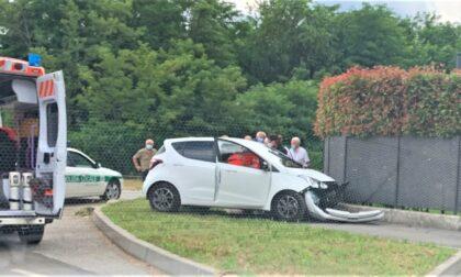 Carate Brianza, finisce fuori strada in auto: ferita un'anziana