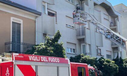 Principio d'incendio in casa, pompieri al lavoro