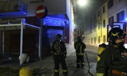A fuoco la saracinesca di una pizzeria