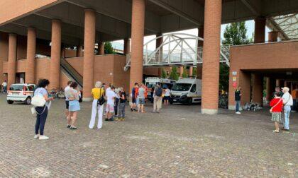 Cittadini in coda in piazza a Vimercate per fare il tampone gratuito