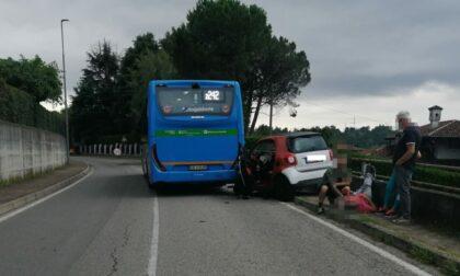 Scontro tra un autobus e una Smart: due persone soccorse