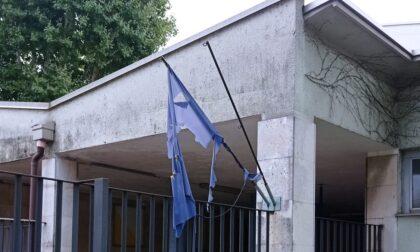 """Bandiere """"indecorose"""" fuori dalle scuole: da sostituire"""