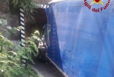Furgone resta incastrato sotto il ponte, intervento dei pompieri