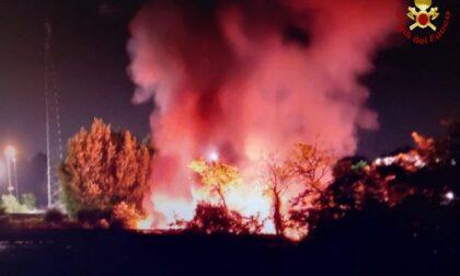 Incendio accanto alla piattaforma ecologica: Vigili del fuoco in azione
