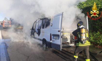 Furgone in fiamme in viale delle Industrie