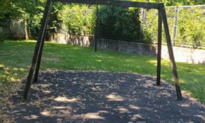 Raid dei vandali ai parchetti. A Villa Raverio non hanno risparmiato nemmeno i giochi per i disabili